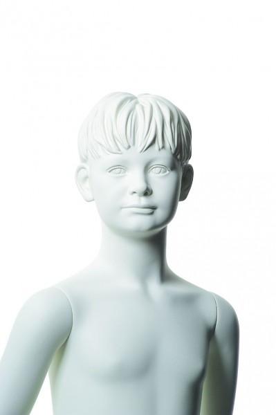 ohne Make-up mit skulpturierten Haaren