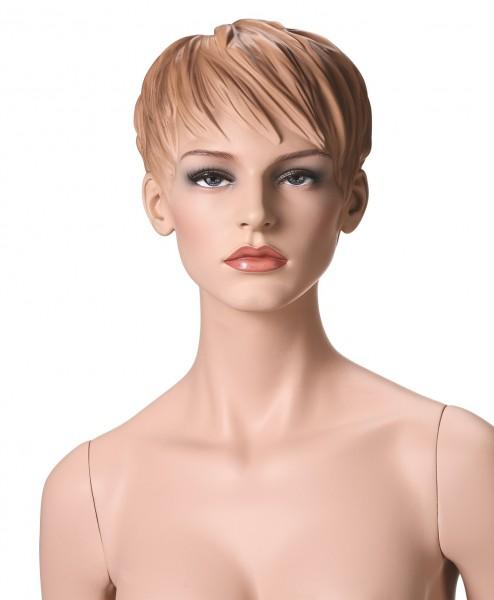 mit Make-up und skulpturierten Haaren